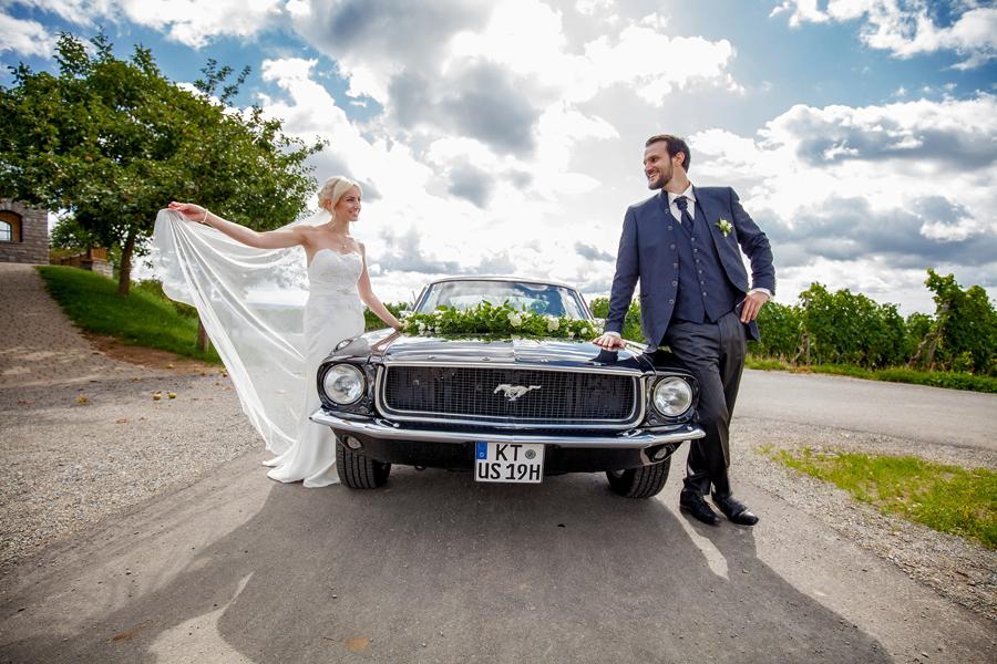 Hochzeitsauto in den Weinbergen bei Sommerach