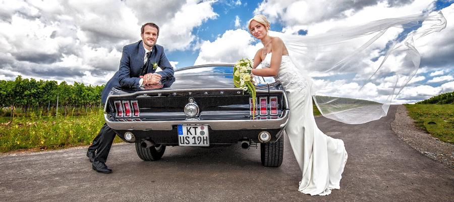 Hochzeitsshooting mit Amerikanischem Auto im Weinberg bei Sommerach