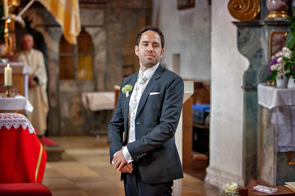 Bräutigam wartet auf Braut